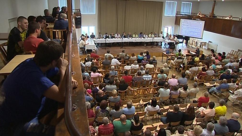 Zasedání přilákalo desítky místních