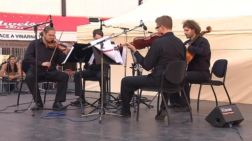 Umělci 5 divadel vystoupili na náměstí Svobody