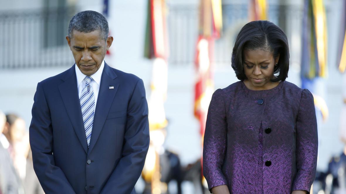 Obamovi drží minutu ticha za oběti 11. září