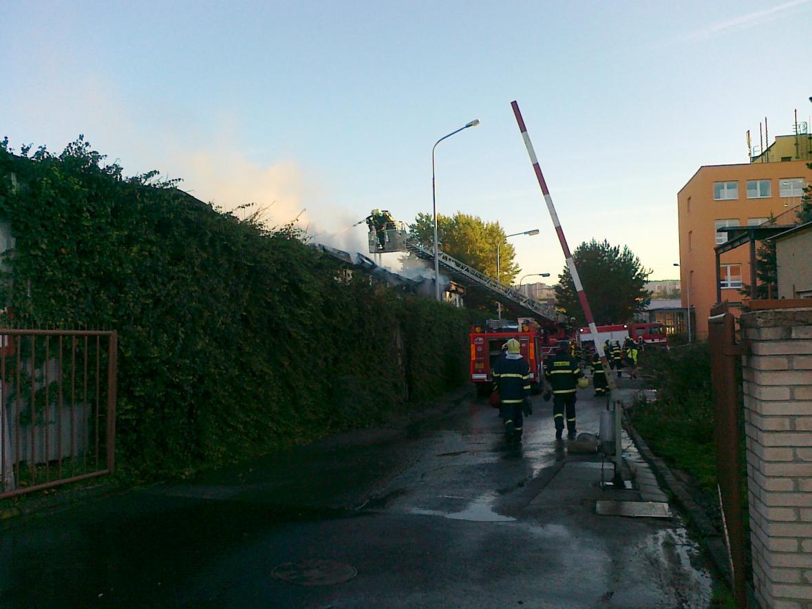 Hasiči pokračují v likvidaci požáru