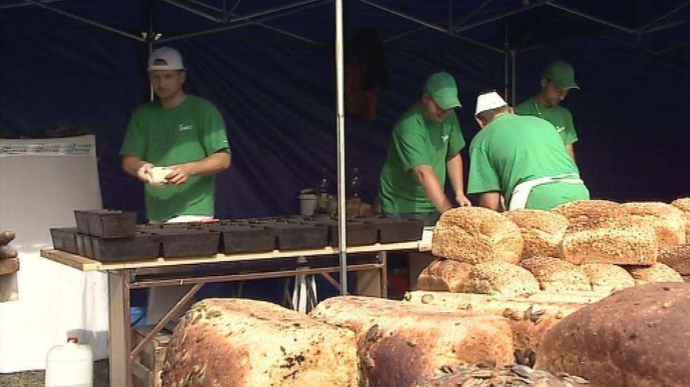 Pekařům prošly rukama stovky bochníků chleba