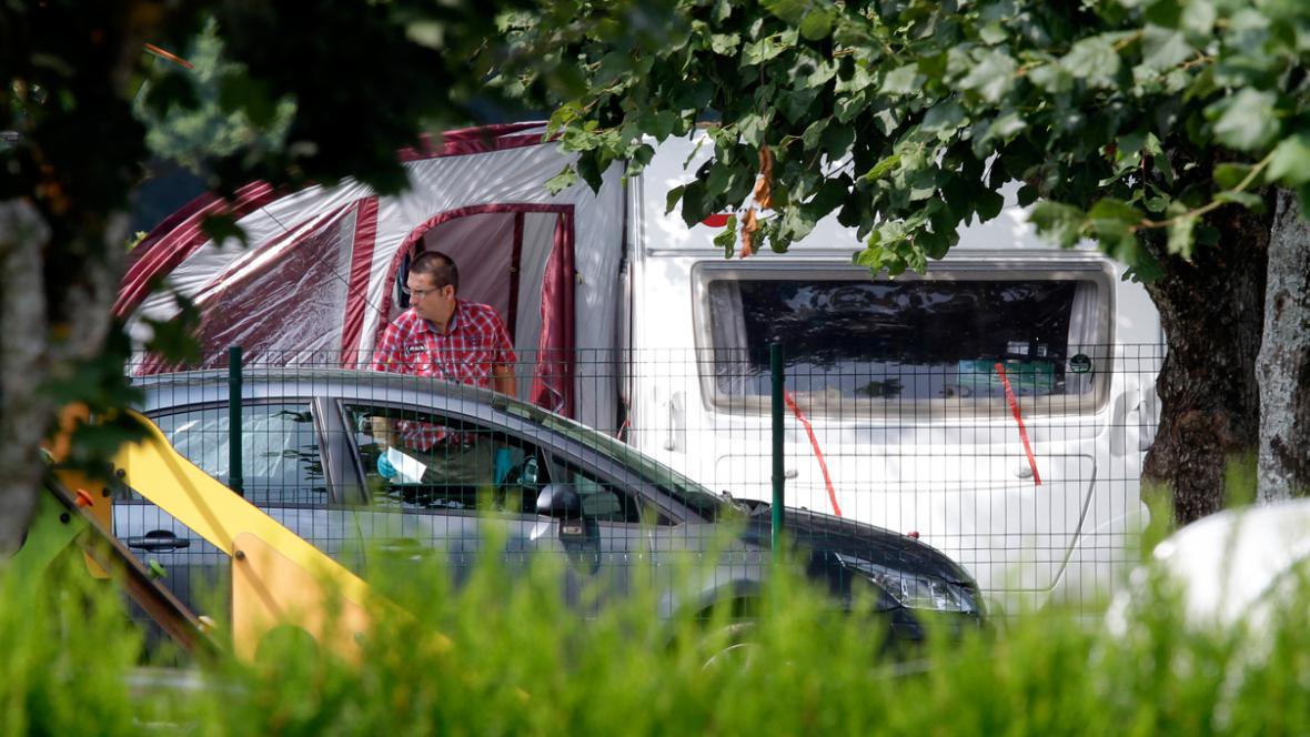 Karavan, kde trávila dovolenou zavražděná britská rodina