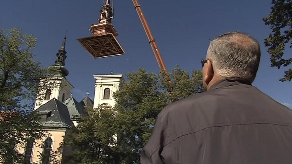 Usazování věže lidé sledovali s napětím v očích