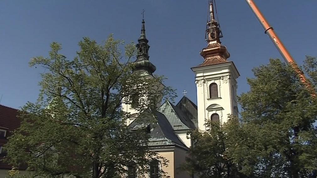 Vranovský kostel s opravenou a neopravenou věží