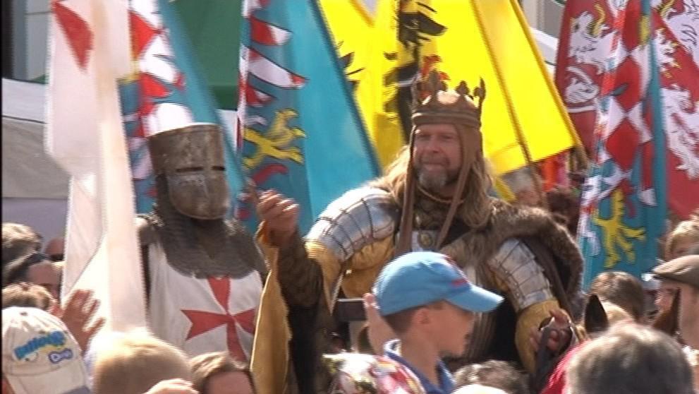 Král Václav IV. přijíždí v poledne do Mikulova