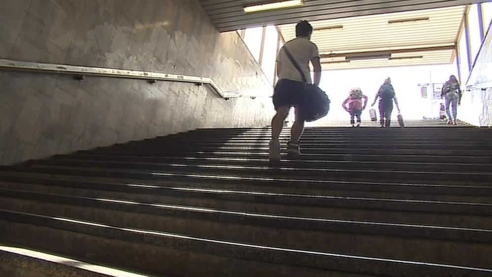 Schody vedoucí z podchodu na nádraží jsou častým místem krádeží