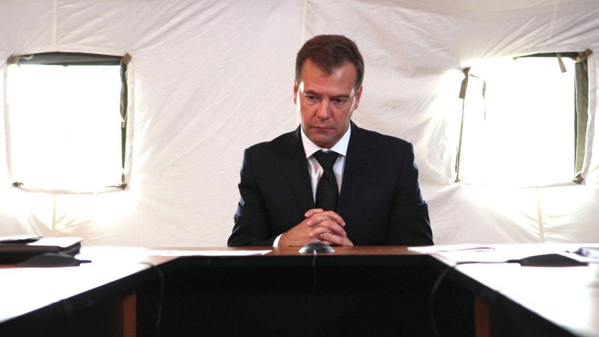 Dmitrij Medvěděv - tehdejší prezident - smutní na místě nehody