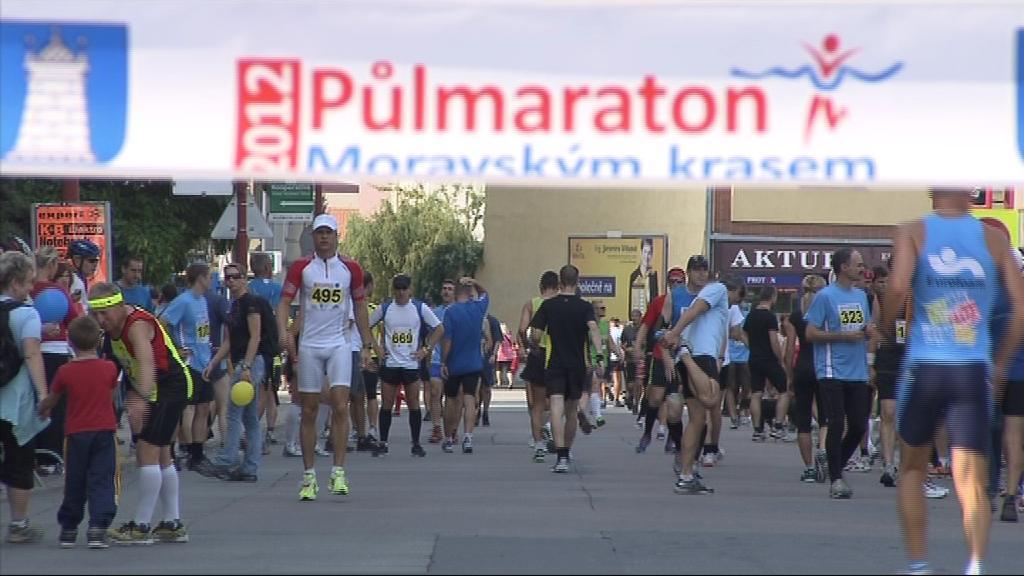 Závodníky čekaly v půlmaratónu i dva okruhy kolem blanenského náměstí