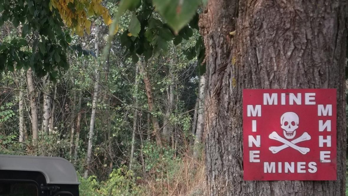 Na nebezpečí upozorňují i cedule na stromech