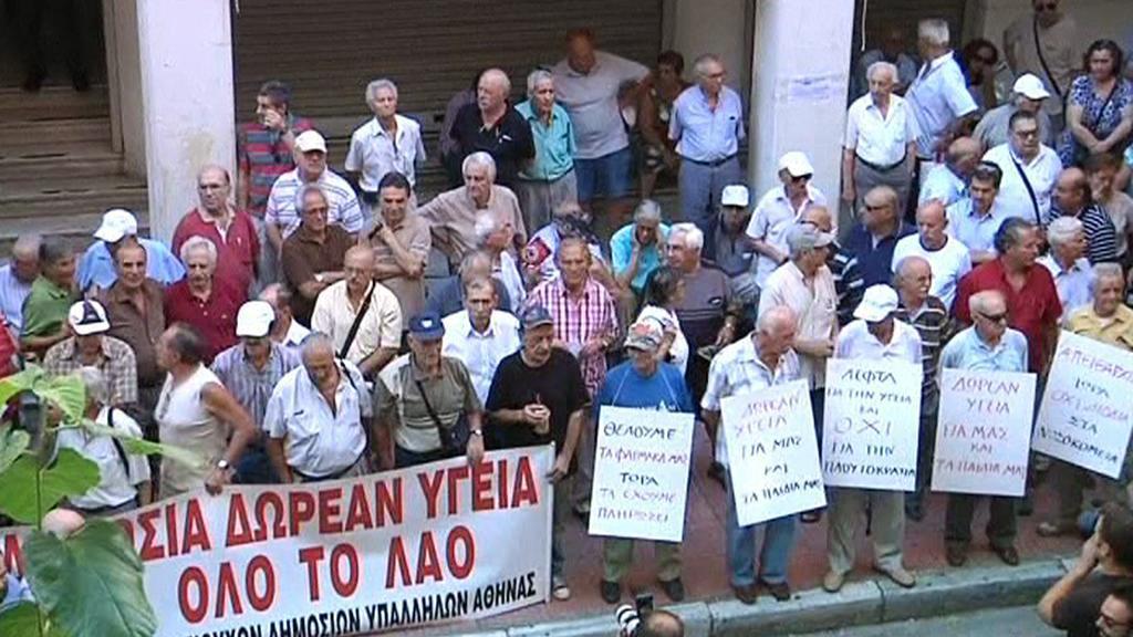 Řečtí důchodci demonstrují u ministerstva zdravotnictví