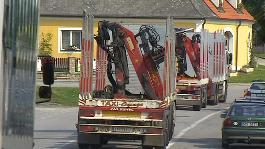 Kamiony projíždějící Slavonicemi