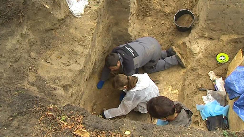 Exhumace ostatků z varšavského hřbitova Powązki