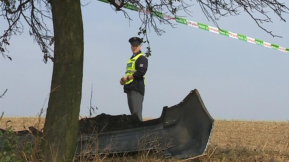 Policista hlídá místo havárie
