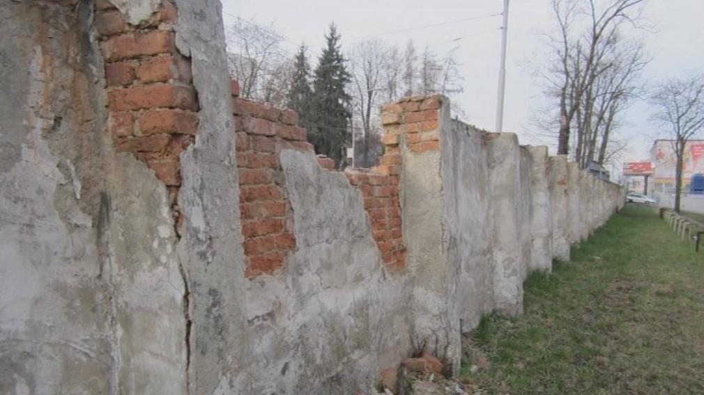 Baťovská zeď léta chátrala
