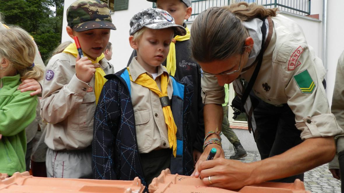 Každý návštěvník se mohl zvěčnit podpisem na střešní tašku