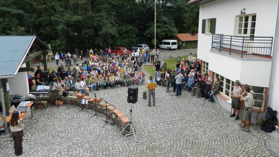 Stavbě požehnal kněz-skaut Jiří Veselý