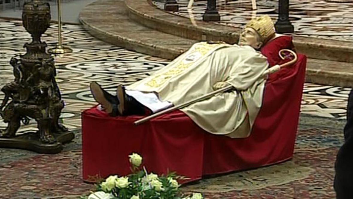 Tělo kardinála Martiniho vystavené v milánské katedrále