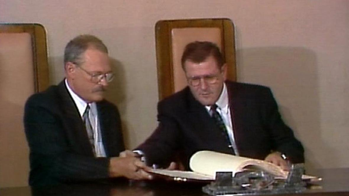 Ivan Gašparovič a Vladimír Mečiar při podpisu slovenské ústavy