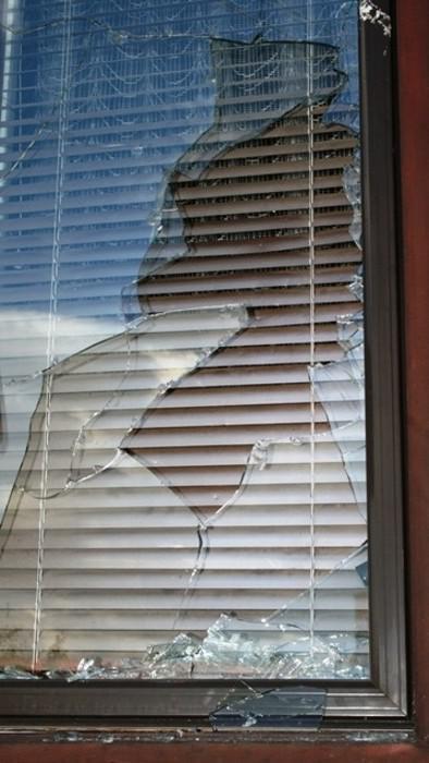 Útočníci vysklili okna