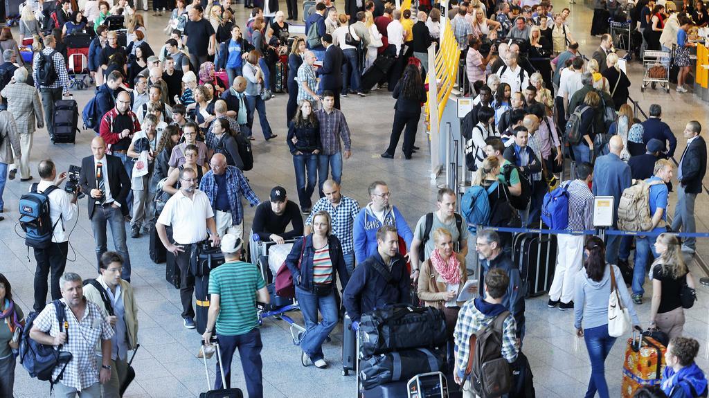 Cestující na frankfurtském letišti