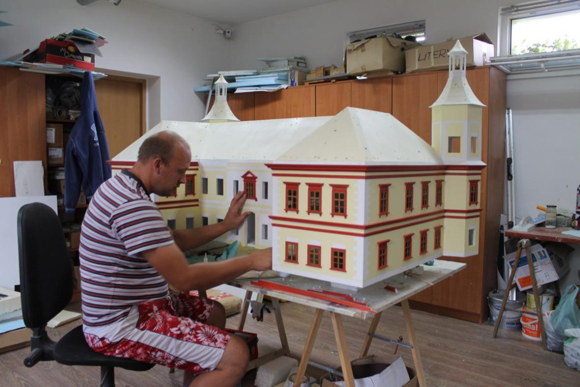 Práce na zmenšenině zámku
