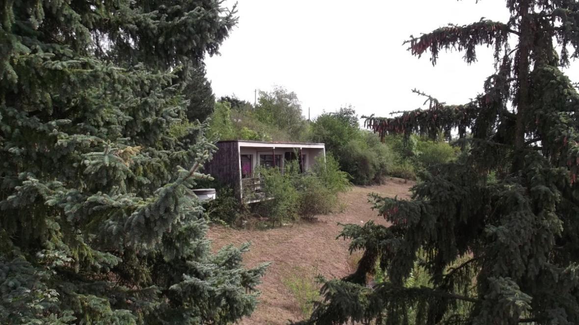 V areálu jsou i chatky