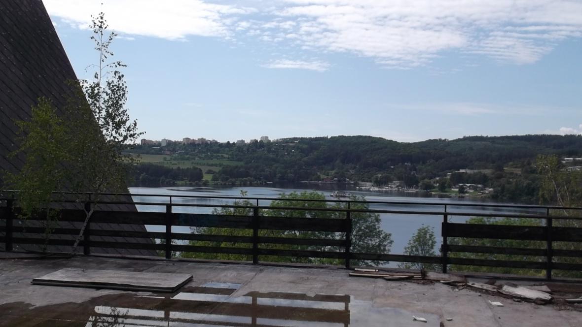 Bývalý hotel leží na břehu Brněnské přehrady