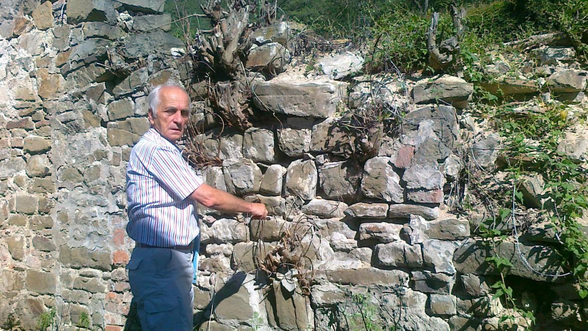 Vladimír Konečný opravuje zeď rotundy