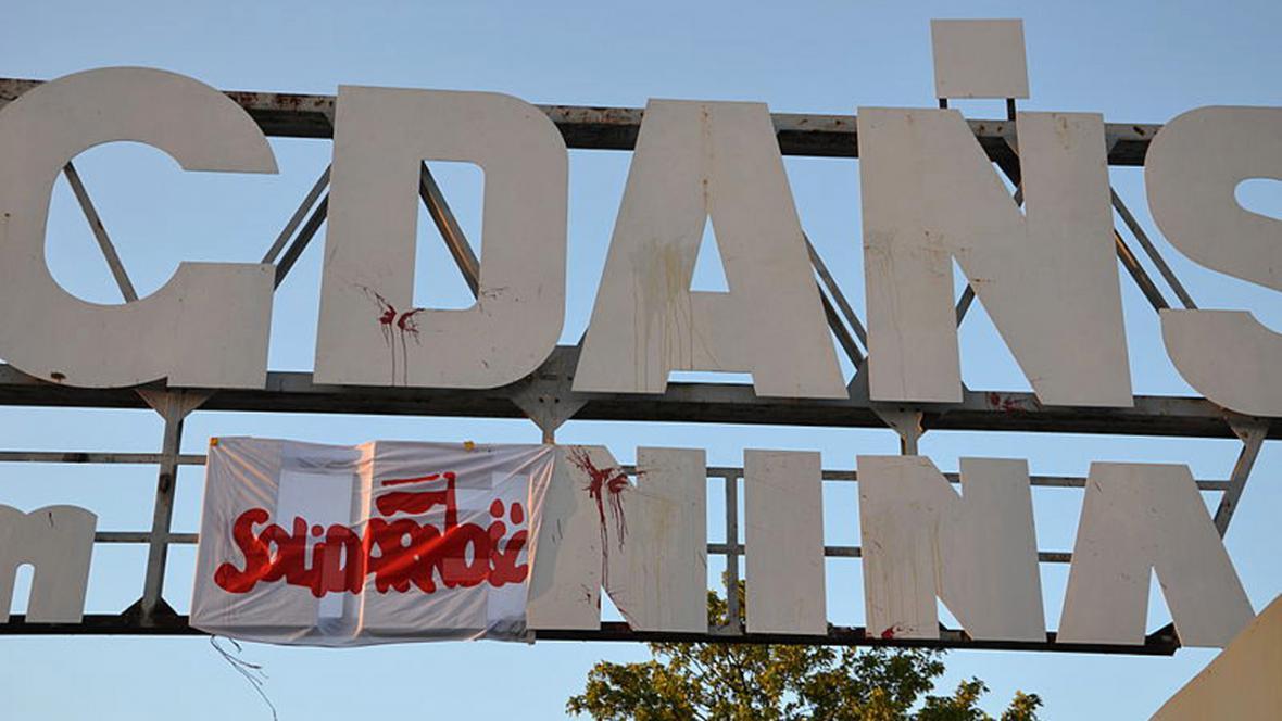 Leninovo jméno nad vchodem gdaňské loděnice