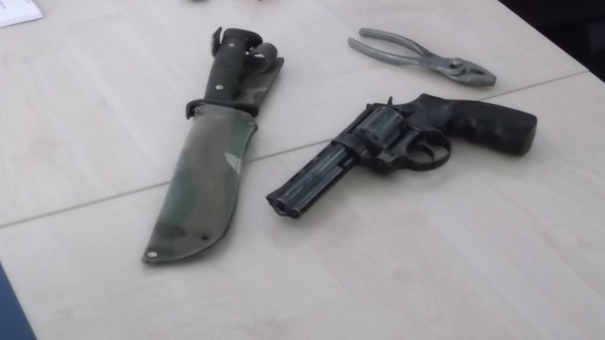 Pachatel byl vyzbrojen pistolí i nožem