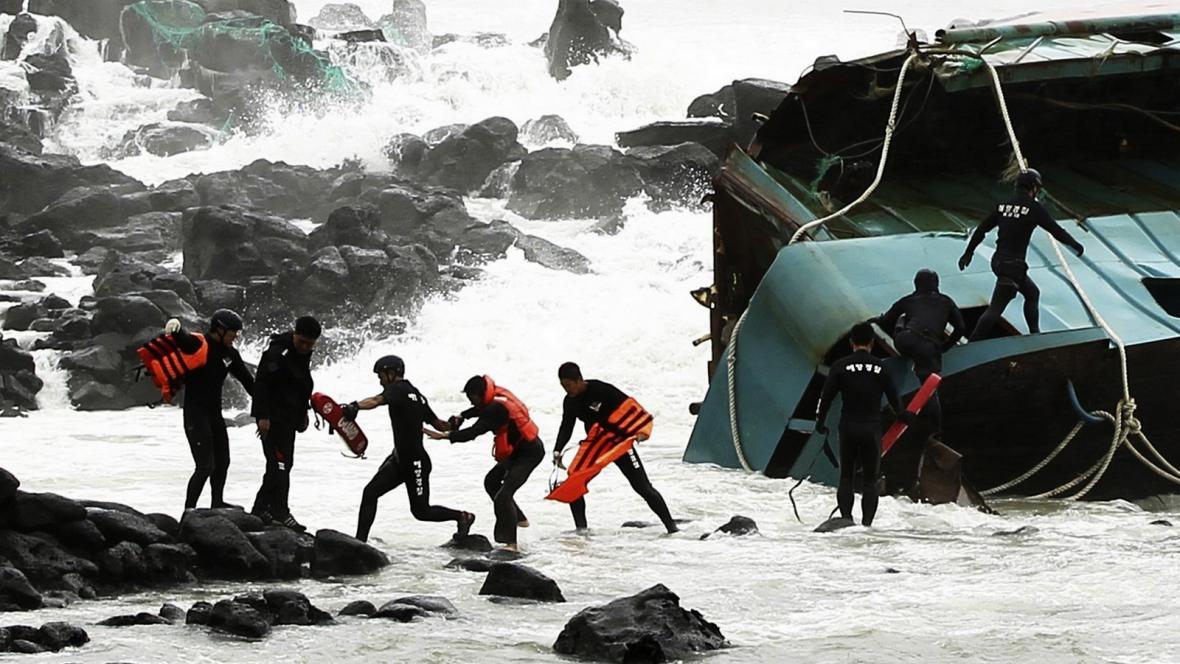 Záchrana čínských rybářů u jihokorejských břehů