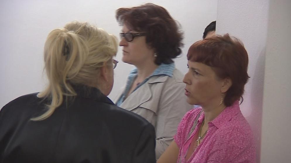 Obžalovaná lékárnice (vpravo) u soudu