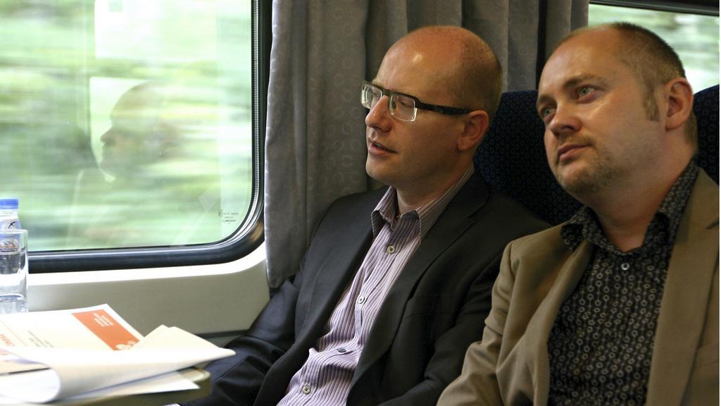 Bohuslav Sobotka s Michalem Haškem cestou vlakem do Brna