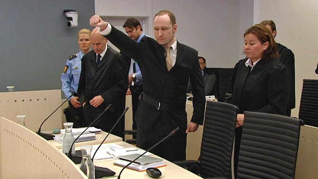 Anders Breivik zvedá pravici se zaťatou pěstí