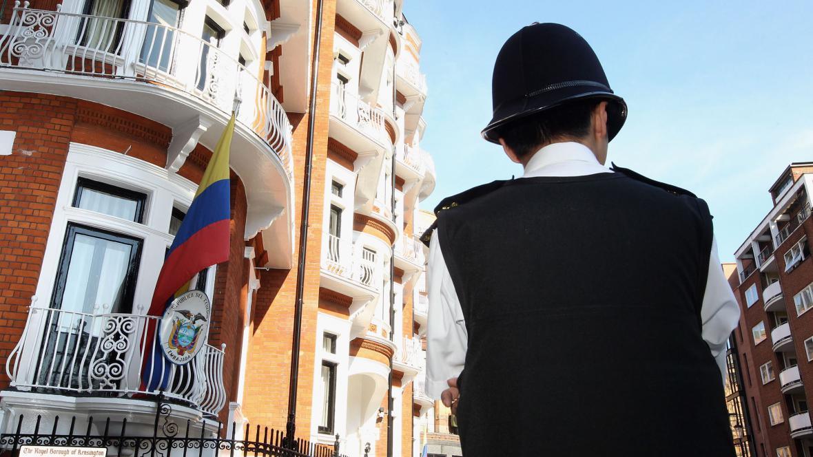 Policista před ekvádorským velvyslanectvím v Londýně