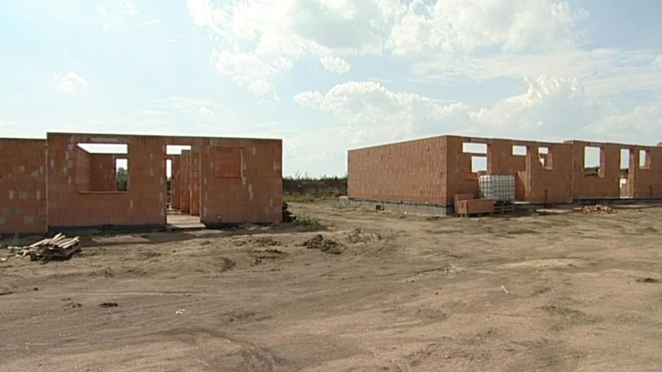 Dvanáct domů už má obvodové zdi