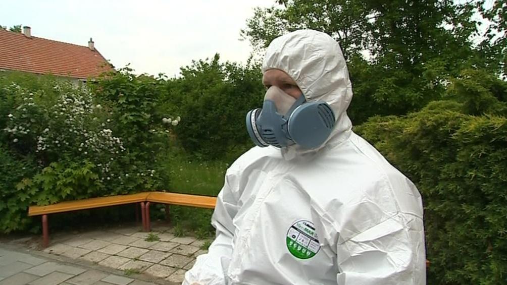 V prostorách obsahujících azbest se pracovníci musí pečlivě chránit