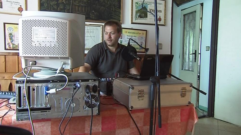 Vinařské rádio vysílá, jak jinak, ze sklípku