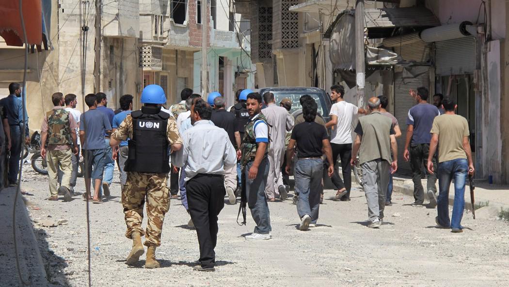 Pozorovatelé OSN spolu s ozbrojenci opoziční Syrské svobodné armády kontrolují obytné oblasti
