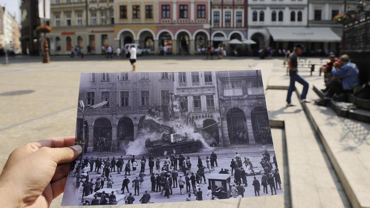 Liberecký fotograf Václav Toužimský ukazuje 21. srpna na náměstí Dr. Edvarda Beneše v Liberci