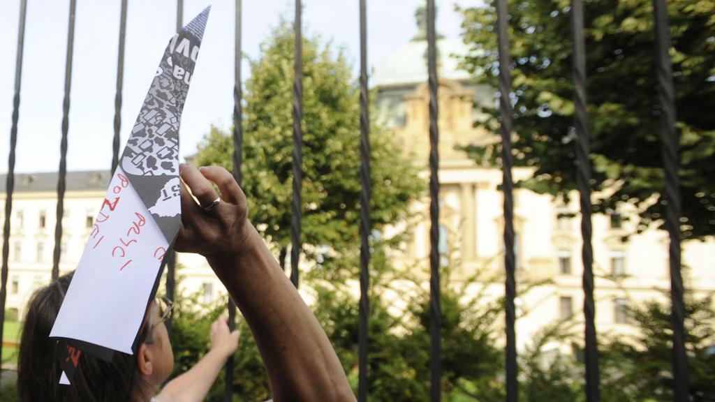 Aktivisté naházeli k Úřadu vlády papírové vlaštovky