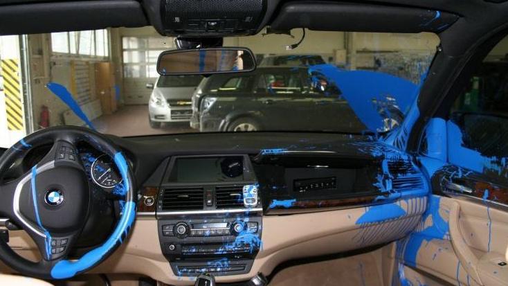 Vnitřek vozu pachatel polil modrou barvou