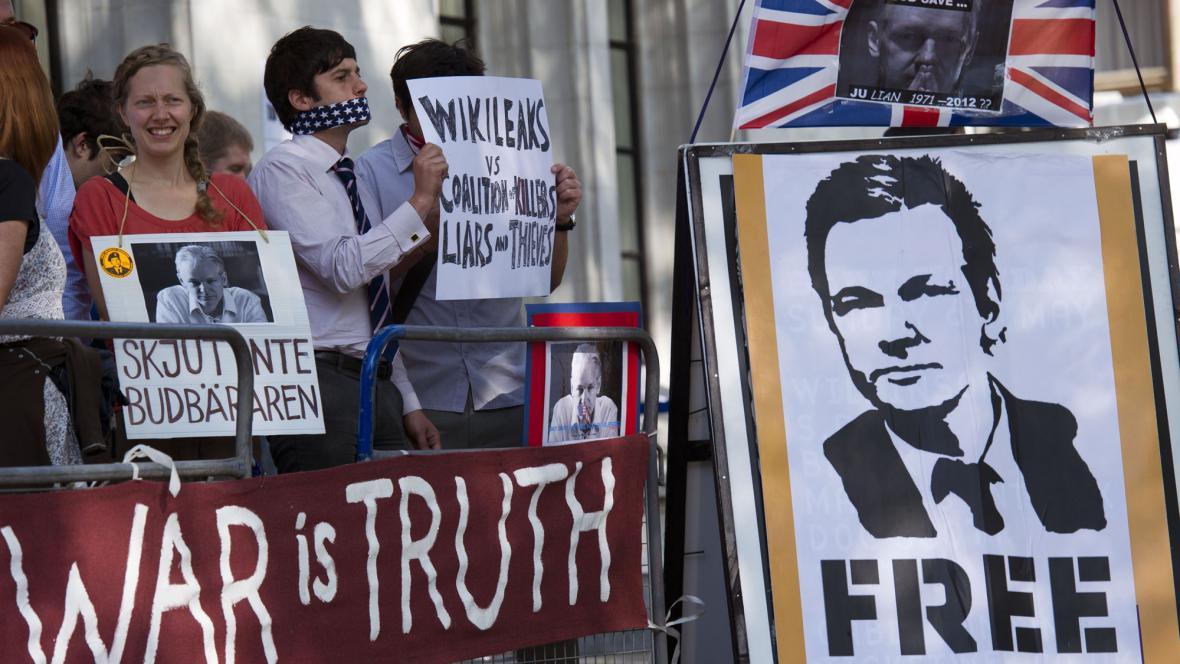 Assangeovi příznivci před soudem