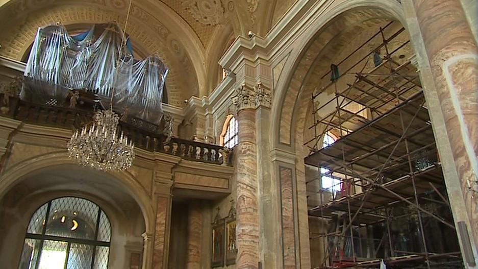 Nejen na náměstí, ale i uvnitř kostela dochází k renovaci