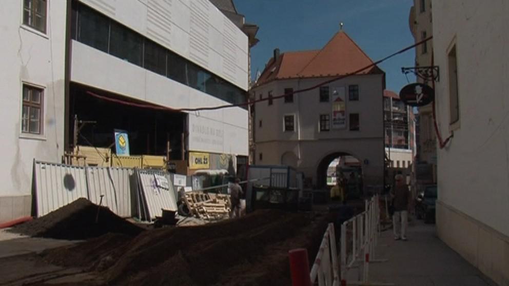 Divadlo vzniká vedle Měnínské brány. Sousedí i s minority