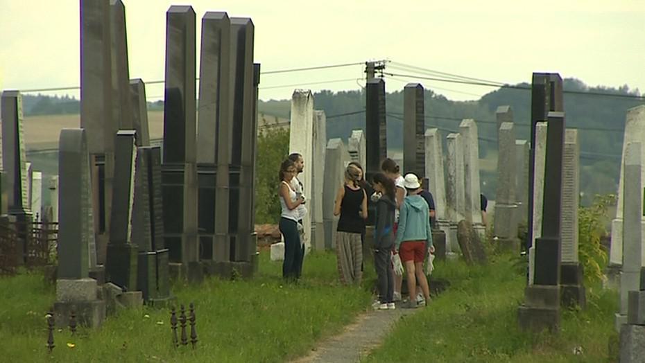 Dobrovolníci přijeli do Holešova zvelebovat židovský hřbitov