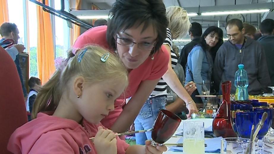 Malování na sklo zaujalo zejména děti