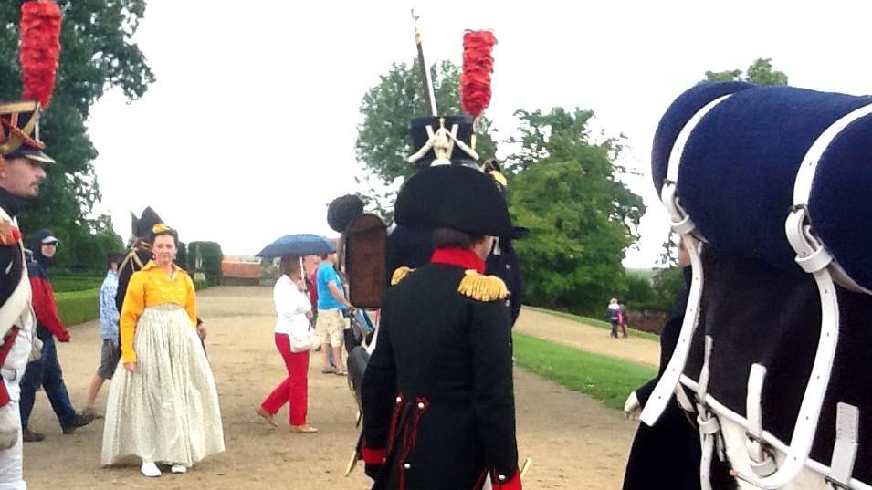 Zámecký park se od rána plnil vojáky a lidmi v kostýmech