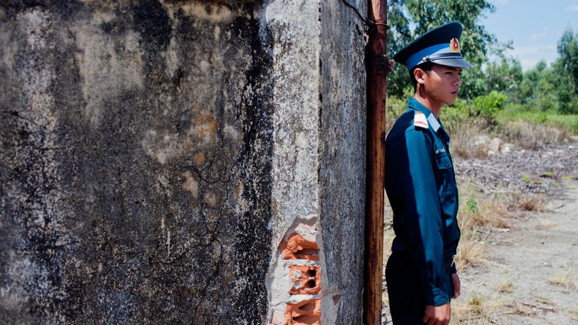 Vietnamský voják hlídá kontaminovanou oblast v Danangu