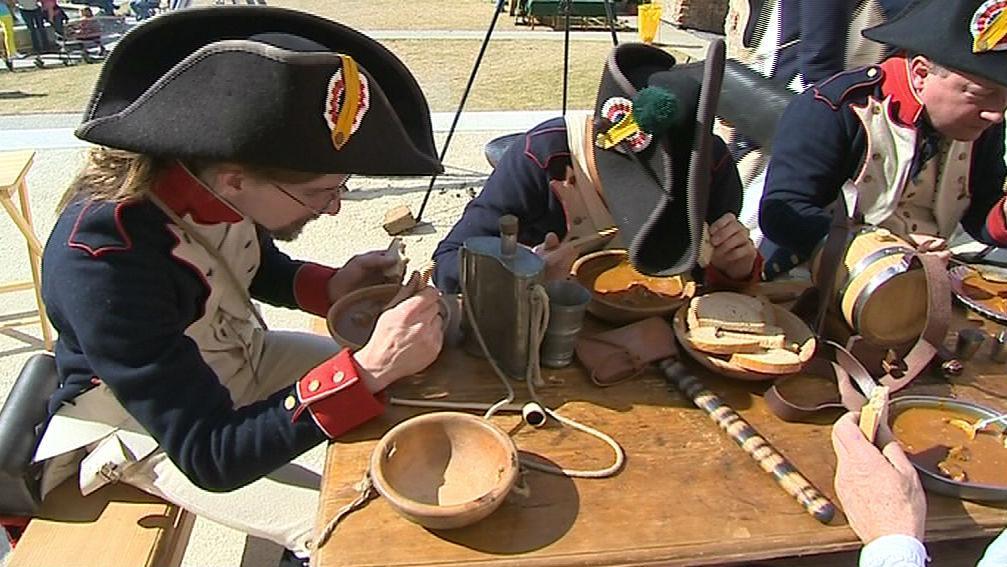 Po cvičení se vojáci řádně posilnili gulášem